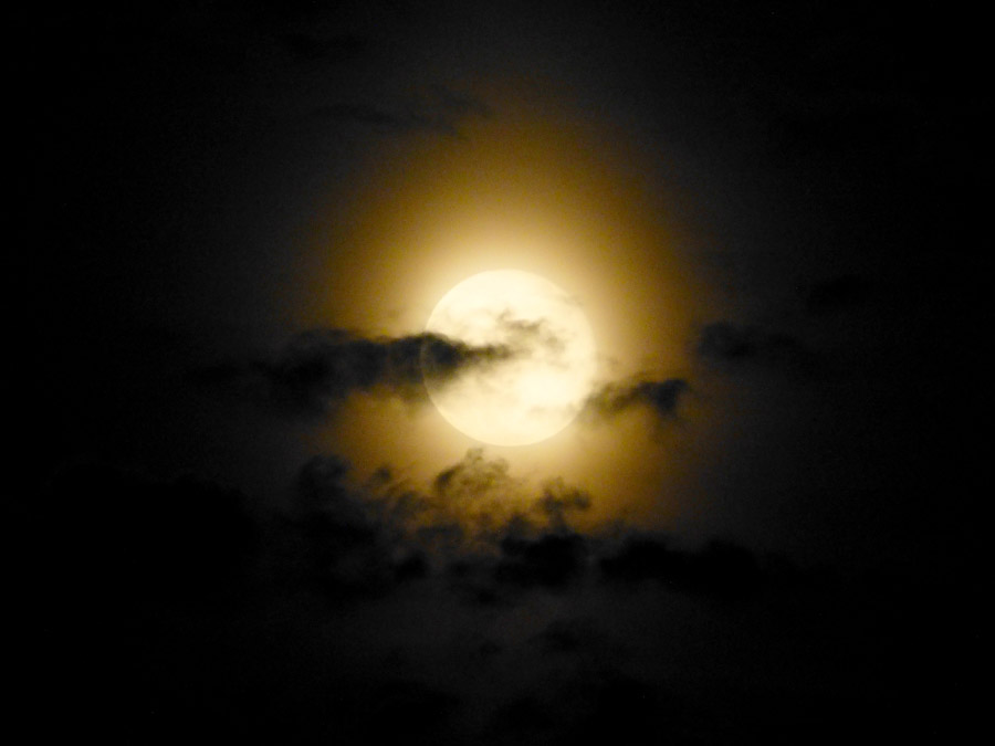 フリー写真 幻想的な満月と雲の風景
