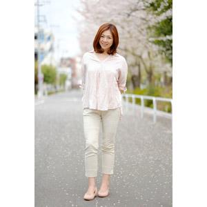 フリー写真, 人物, 女性, アジア人女性, 女性(00018), 日本人, ブラウス, ズボン(パンツ), 桜(サクラ), 人と花, 春
