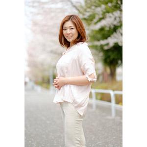 フリー写真, 人物, 女性, アジア人女性, 女性(00018), 日本人, ブラウス, 手を組む, 桜(サクラ), 人と花, 春