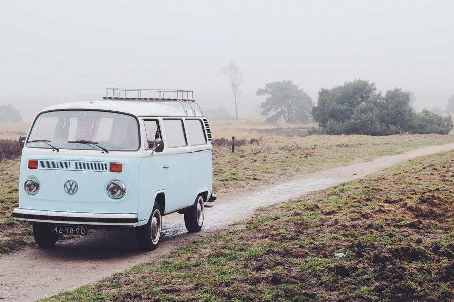 フリー写真 田舎道を走るワーゲンバス