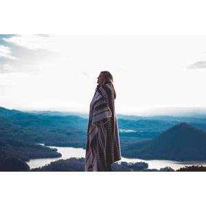 フリー写真, 人物, 女性, 外国人女性, 目を閉じる, 横顔, 毛布, 人と風景, 山