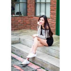 フリー写真, 人物, 女性, アジア人女性, 楚珊(00053), 中国人, 座る(階段), 頬杖をつく, ショートパンツ
