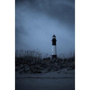 フリー写真, 風景, 建造物, 建築物, 灯台(ライトハウス), 暗雲, 雑草, モノクロ