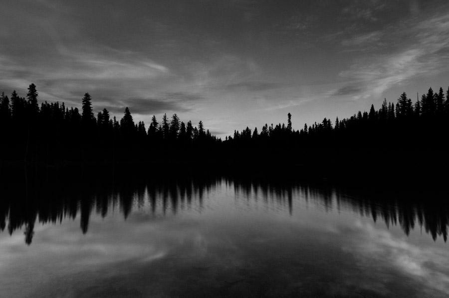 フリー写真 ラッセン火山国立公園の湖と木々の風景