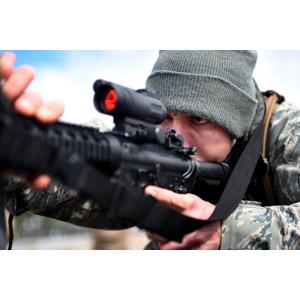 フリー写真, 人物, 男性, 外国人男性, アメリカ人, 兵士, 武器, 銃(鉄砲), 自動小銃(アサルトライフル), M4カービン, 覗く, アメリカ軍