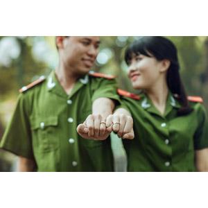 フリー写真, 人物, カップル, 夫婦, 手をつなぐ, 小指をつなぐ, 軍服, 兵士, ベトナム人, ベトナム軍, 結婚指輪