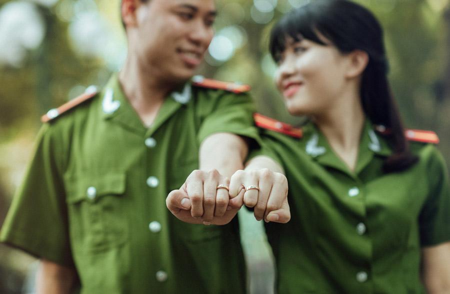 フリー写真 兵士同士で結ばれたベトナムの夫婦の