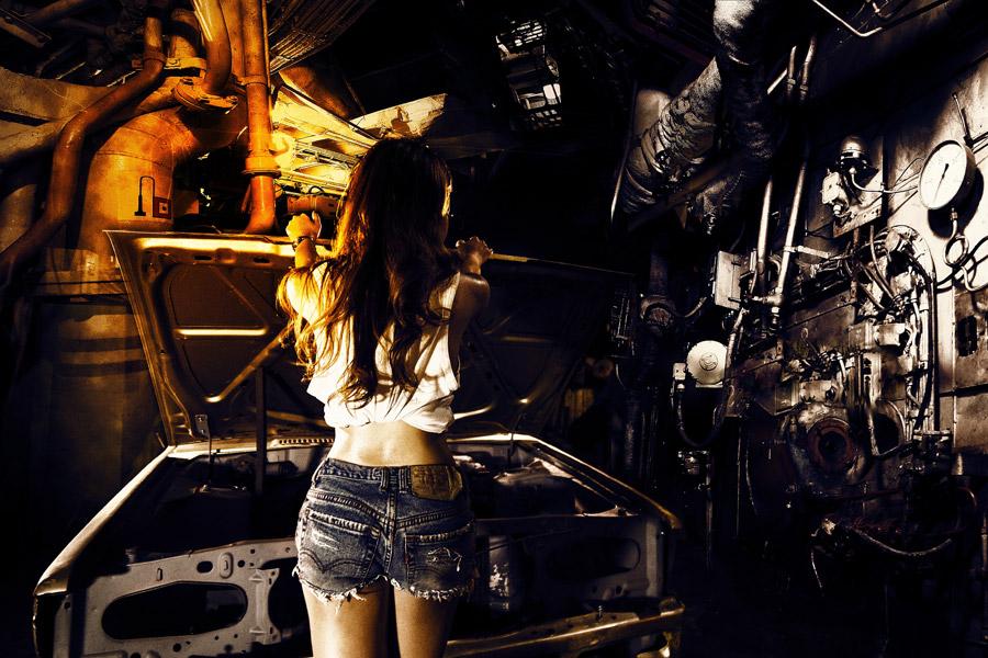 フリー写真 車のガレージと女性の後ろ姿