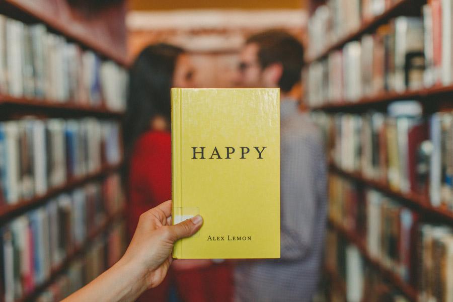 フリー写真 「HAPPY」の本と図書館のカップル