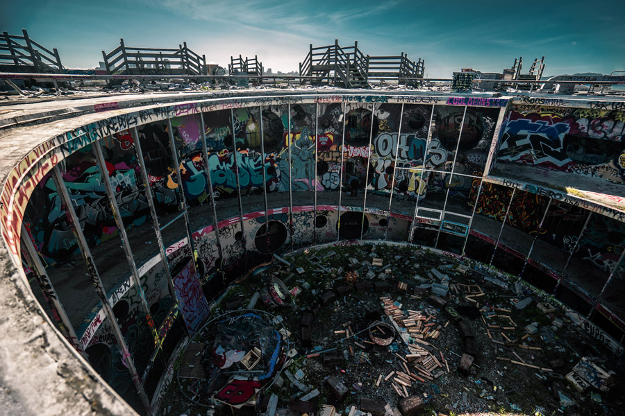 フリー写真 廃墟と化した円形状の建物