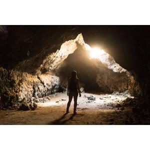 フリー写真, 人物, 女性, 外国人女性, 後ろ姿, 人と風景, 洞窟, 太陽光(日光)