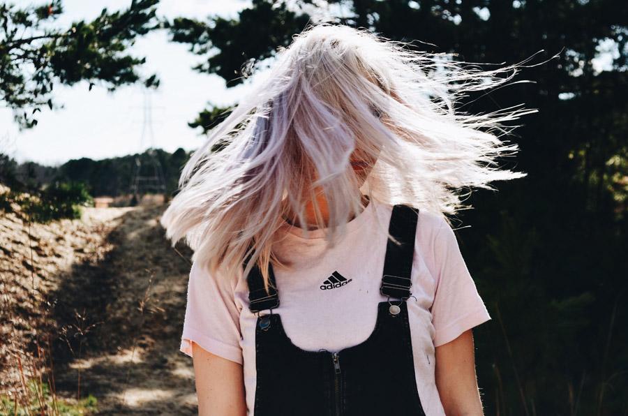 フリー写真 ブロンドの髪の毛が舞う外国人女性