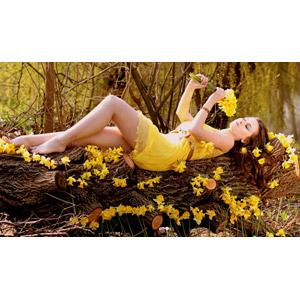 フリー写真, 人物, 女性, 外国人女性, ロシア人, 女性(00186), ドレス, 倒木, 寝転ぶ, 仰向け, 人と花, 植物, 花, 水仙(スイセン), 黄色の花, 花畑