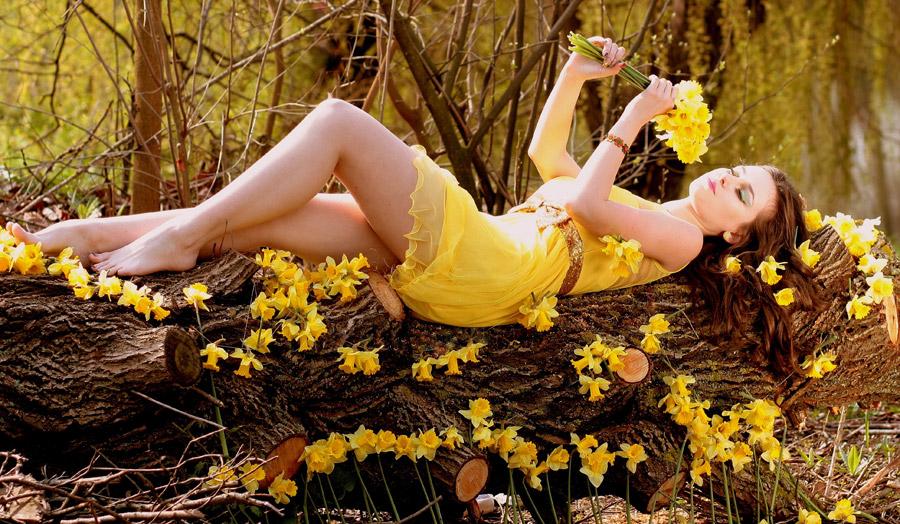 フリー写真 水仙の花と丸太の上に寝転ぶ外国人女性
