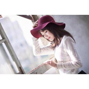フリー写真, 人物, 女性, アジア人女性, 中国人, Miao妙妙 (00187), 帽子, キャペリンハット, 目を閉じる, 窓辺