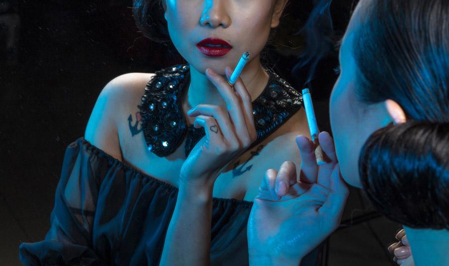 フリー写真 タバコを持って鏡に映る女性