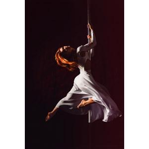 フリー写真, 人物, 女性, 外国人女性, ロシア人, 踊る(ダンス), ポールダンス, 黒背景, ドレス