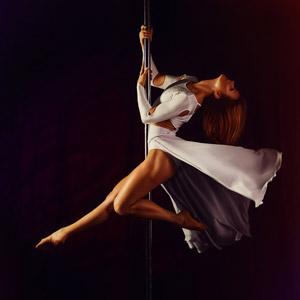 フリー写真, 人物, 女性, 外国人女性, ロシア人, 踊る(ダンス), ポールダンス, 黒背景, 体を反る, ドレス