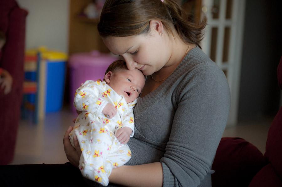 フリー写真 赤ちゃんを抱いているママ
