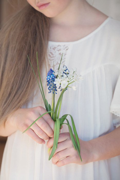 フリー写真 花を持つ女の子の手元