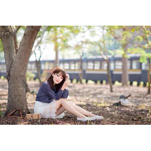 フリー写真, 人物, 女性, アジア人女性, Miao妙妙 (00187), 中国人, 座る(地面), 人と乗り物, 列車(鉄道車両)