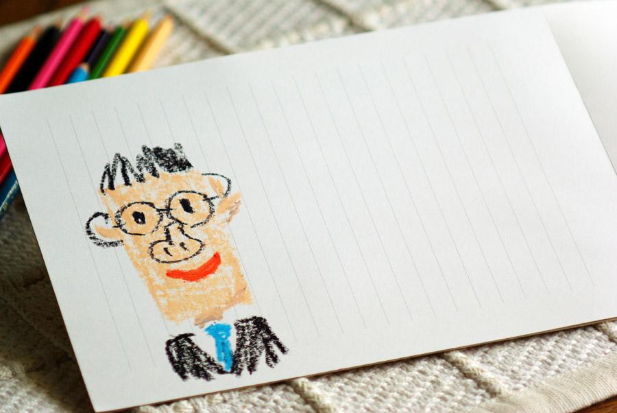 フリー写真 子供が描いたお父さんの似顔絵