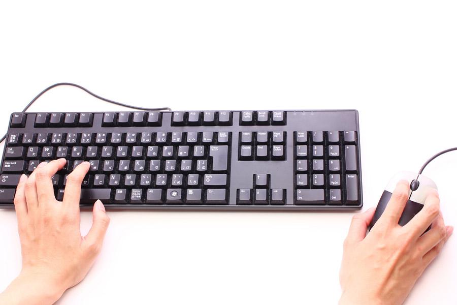 フリー写真 キーボードとマウスを操作する手
