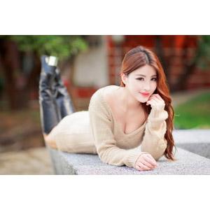 フリー写真, 人物, 女性, アジア人女性, 鄔育錡(00178), 中国人, ワンピース, 腹這い, 顎に手を当てる