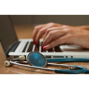 フリー写真, 人体, 手, 医療, 職業, 仕事, 医者(医師), 医療, 女医, 聴診器, 医療機器(医療器具), パソコン(PC), ノートパソコン, タイピング, デスクワーク