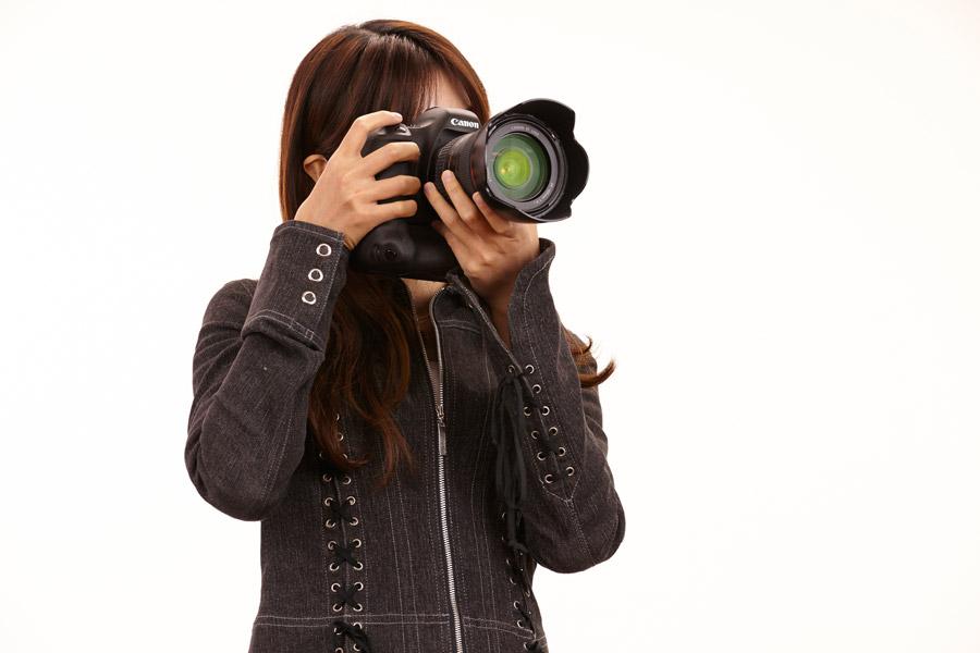 フリー写真 一眼レフカメラで写真を撮る女性