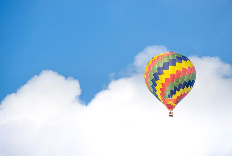 フリー写真 大空を飛ぶ熱気球