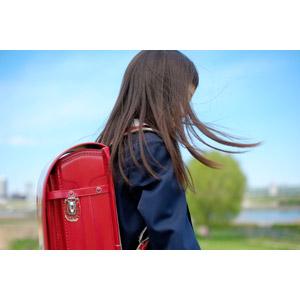フリー写真, 人物, 子供, 女の子, アジアの女の子, 日本人, 女の子(00119), 学生(生徒), 小学生, 学生服, ランドセル, 髪がなびく