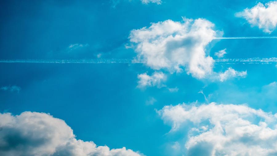 フリー写真 雲と飛行機雲のある空の風景
