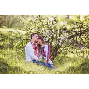 フリー写真, 人物, カップル, 恋人, 愛(ラブ), 寄り添う, 座る(地面), 草むら, 人と風景