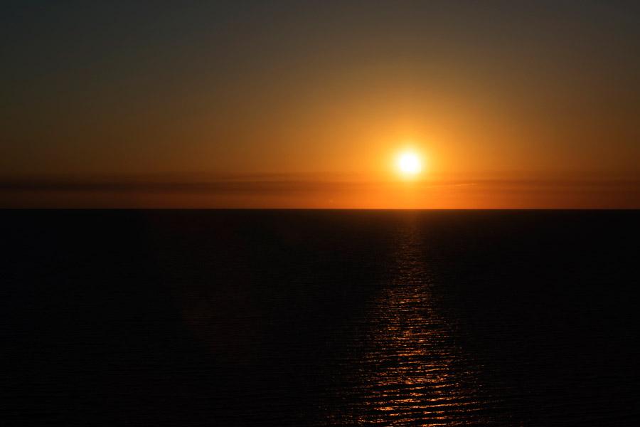 フリー写真 海の水平線と沈みゆく太陽の風景