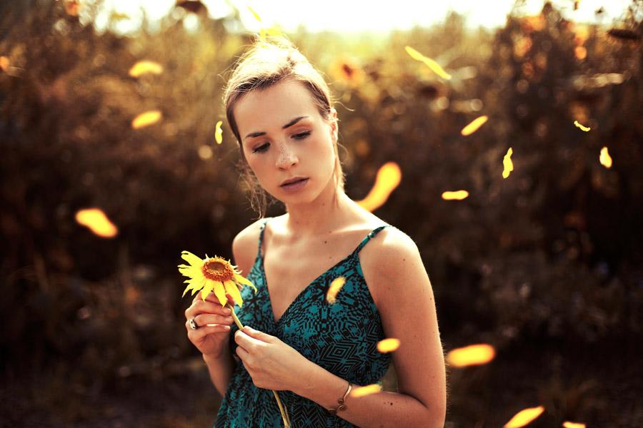 フリー写真 舞い落ちる花びらと外国人女性