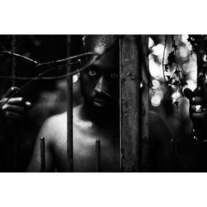 フリー写真, 人物, 男性, 黒人男性, 檻(鉄格子), 牢屋(牢獄), 柵(フェンス), モノクロ