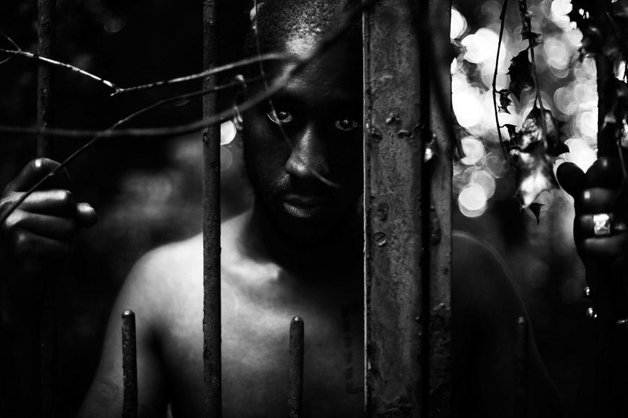 フリー写真 檻の中にいる黒人男性