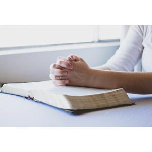 フリー写真, 人体, 手, 手を組む, 祈る(祈り), 聖書, キリスト教
