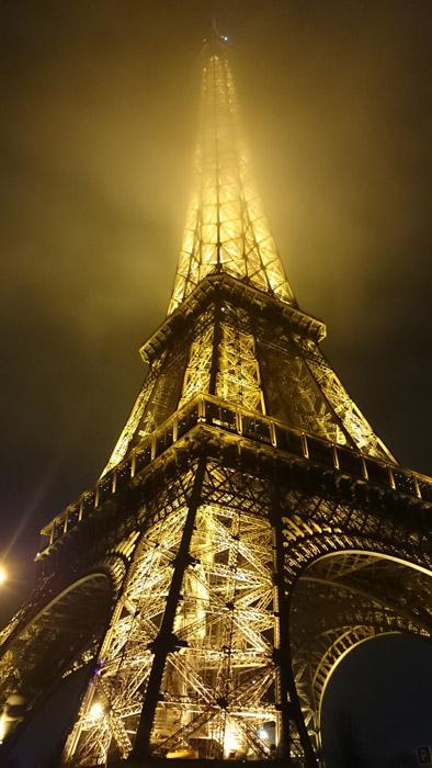 フリー写真 霧に包まれる夜のエッフェル塔