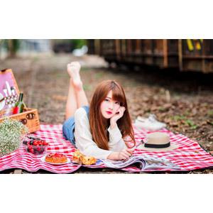 フリー写真, 人物, 女性, アジア人女性, 欣欣(00001), 中国人, 腹這い, 頬杖をつく, ピクニック, レジャー, 雑誌, 食べ物(食料), フォーク