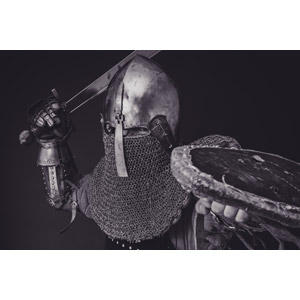 フリー写真, 人物, 男性, 外国人男性, 戦士, 武器, 剣(ソード), 防具, 西洋兜, 盾, モノクロ, 黒背景, 鎧(アーマー)