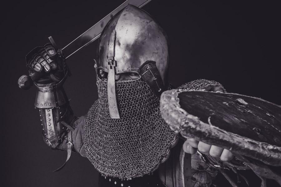 フリー写真 西洋甲冑姿で剣を構える戦士