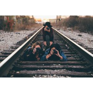 フリー写真, 人物, 女性, 外国人女性, 三人, 腹這い, しゃがむ, 写真撮影, カメラ, 一眼レフカメラ, 人と風景, 線路(鉄道)