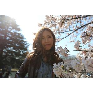 フリー写真, 人物, 女性, アジア人女性, 日本人, 人と花, 桜(サクラ), 春, 革ジャン(レザージャケット)
