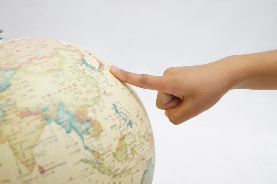 フリー写真 地球儀の日本を指差す手
