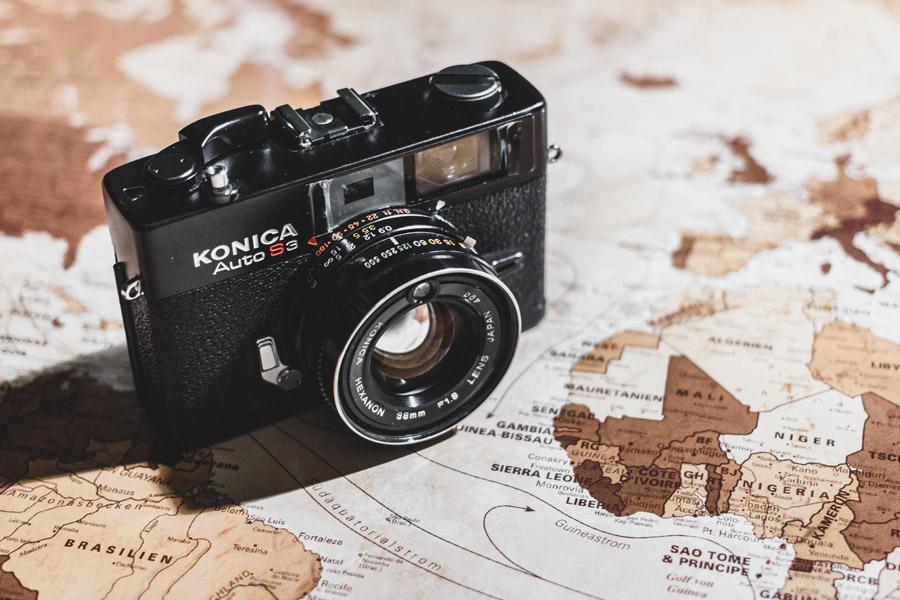 フリー写真 地図の上に置かれたコニカのカメラ