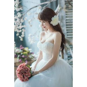フリー写真, 人物, 女性, アジア人女性, ベトナム人, ウェディングドレス, 花嫁(新婦), 人と花, ブーケ, 結婚式(ブライダル)