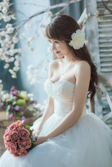 フリー写真 ウェディングドレスを着てブーケを持っている女性