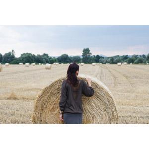 フリー写真, 人物, 女性, 人と風景, 後ろ姿, 牧草地, 干し草ロール
